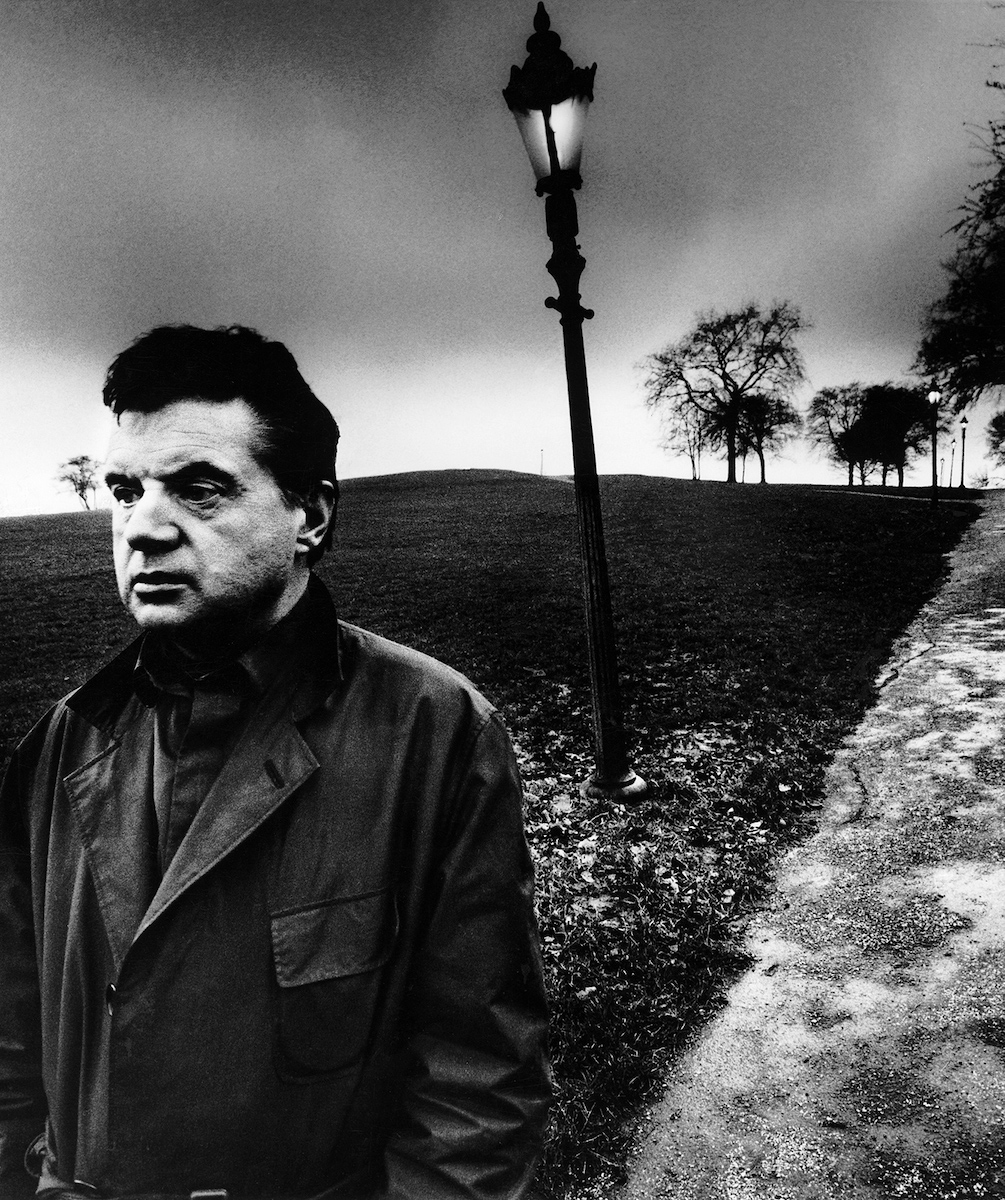 Bill Brandt. Francis Bacon en Primrose Hill, Londres, 1963. Francis Bacon on Primrose Hill, London. Private collection, Courtesy Bill Brandt Archive and Edwynn Houk Gallery © Bill Brandt / Bill Brandt Archive Ltd