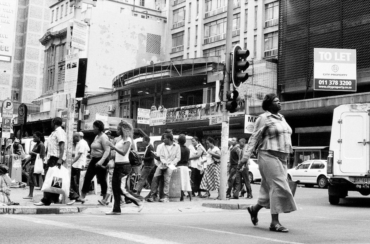 Sabelo Mlangeni. Crossing, Between Eloff and Bree Street, 2008 Series: Big City © Sabelo Mlangeni. Courtesy The Walther Collection