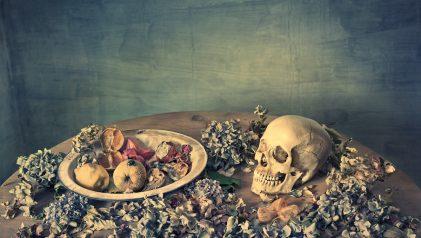 Castro Prieto. Naturaleza muerta con cráneo, frutas y hortensias, 2017 © Castro Prieto. VEGAP, Madrid, 2021.Cortesía Galería Blanca Berlín